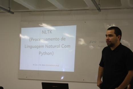 Bruno Melo apresentando sobre o NLP com Python e Nltk