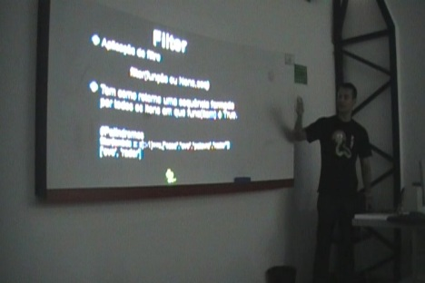 Rodrigo Lira apresentando sobre a sua solução para o problema dos Telefones