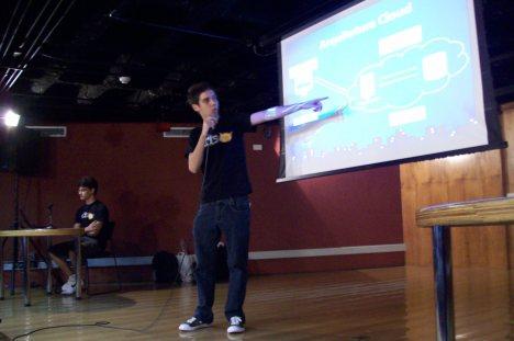 Flávio e Eduardo apresentando sobre o Google AppEngine