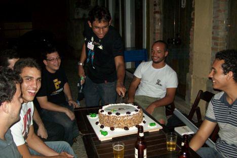 Marcel partindo o bolo comemorando I Ano de Encontros do PUG-PE
