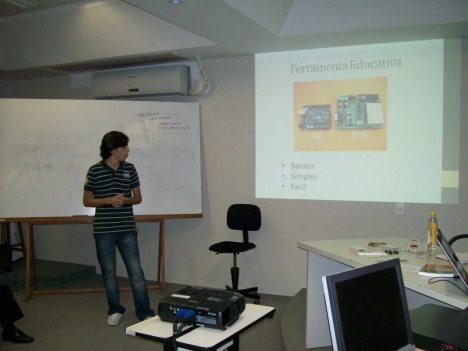 Victor Case apresentando sobre Python e Arduino