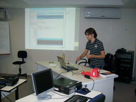 Victor fazendo seus experimentos com o Arduino