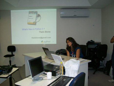 Thais Bione apresentando sobre o Python 3.x