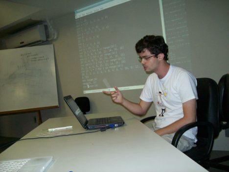 Daker Fernandes apresentando sobre o Python 3.x