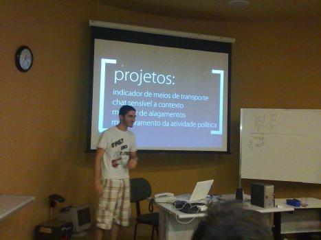 André Carvalho apresentando os projetos da Startup Open-Interactive Labs
