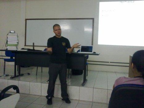 Péricles apresentando Python e Biologia