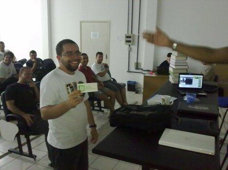 Bruno Melo recebendo o adesivo do QT