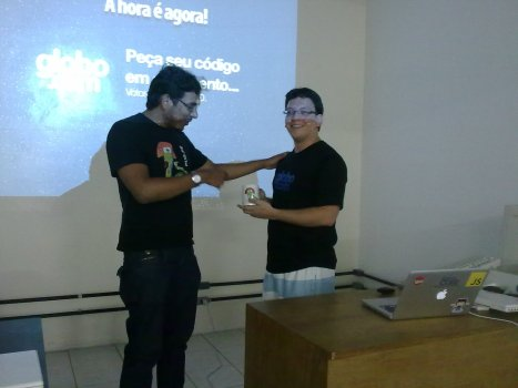 Rafael recebendo a caneca do PUG-PE