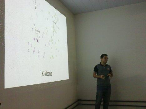 Anderson Berg apresentando sobre Clustering + Numpy + Cython