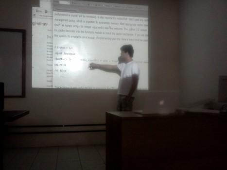 Daker apresentando sobre Otimização com Decorators