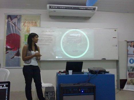 Vanessa Gomes palestrando sobre Mineração de Dados com o Orange