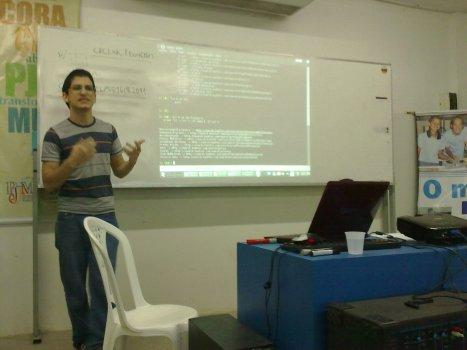 Mailson apresentando como é fácil consumir REST services com Python