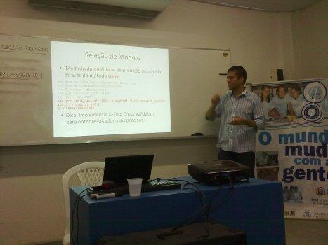 Marcelo Lacerda apresentando sobre o Scikit-Learn