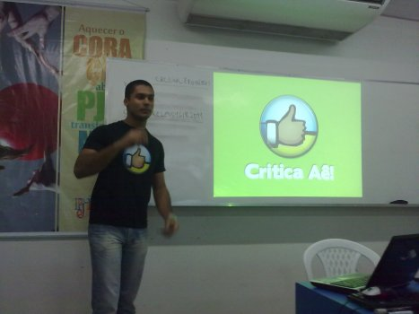 Rafael apresentando sobre o Critica Aê