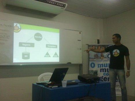Rafael mostrando como AppEngine ajudou eles no desenvolvimento do CriticaAe