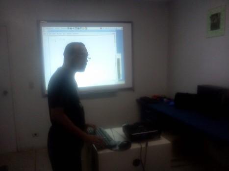 Luciano Rodrigues apresentando o problema no Coding Dojo