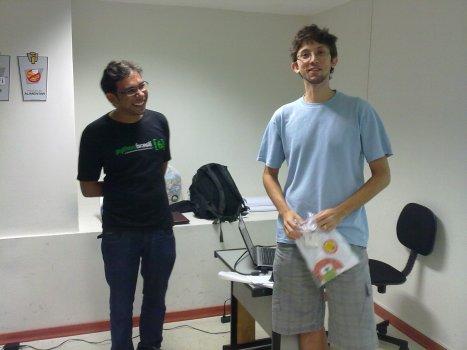 Raony Araújo recebendo a camisa do PUG-PE