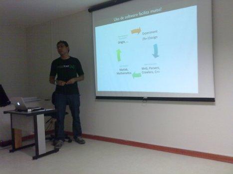 Marcel apresentando sobre o Ciclo de Desenvolvimento de Pesquisa