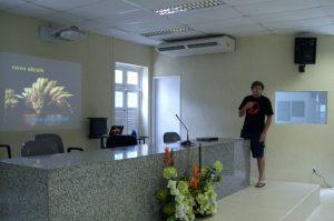 Gustavo Henrique apresentando sobre o NoSQL