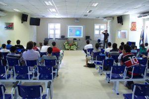 Rodrigo Medeiros apresentando sobre Visualização de Informação