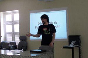 Fernando Rocha apresentando sobre os Mitos de Python