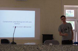 Flávio Juvenal apresentando como Construiu uma Startup em 54 hrs com Python