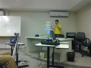 Marcelo Lira palestrando sobre bindings com Python e C++