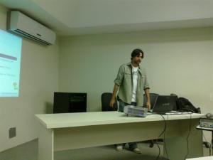Hugo Serrano apresentando sobre Aplicações Científicas com Python